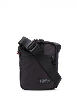 Маленькая сумка-мессенджер Eastpak. Цвет: черный