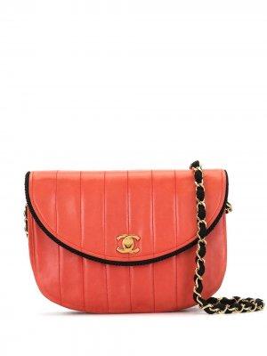 Сумка на плечо с закругленным откидным клапаном Chanel Pre-Owned. Цвет: красный
