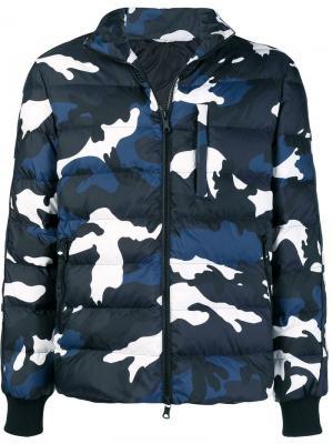 Куртка-бомбер с камуфляжным принтом Valentino. Цвет: синий