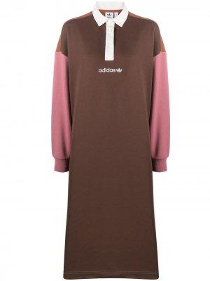 Платье-рубашка с воротником поло adidas. Цвет: коричневый