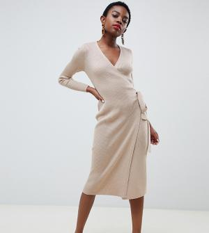 Тонкое трикотажное платье в рубчик с запахом и поясом Lost Ink Petite. Цвет: коричневый