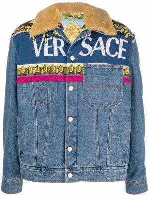 Джинсовая куртка с логотипом Versace. Цвет: синий