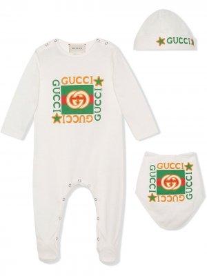 Комплект из комбинезона, шапки и нагрудника Gucci Kids. Цвет: белый