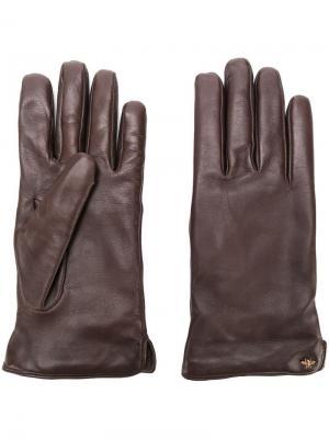 Перчатки с металлической деталью Gucci. Цвет: коричневый