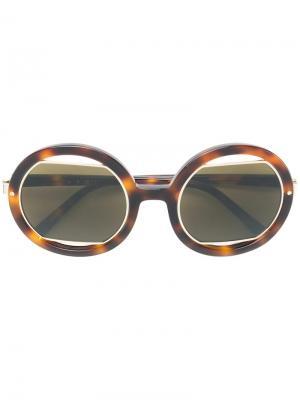 Солнцезащитные очки в массивной круглой оправе Marni Eyewear. Цвет: коричневый