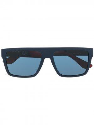 Солнцезащитные очки в квадратной оправе с логотипом Tommy Hilfiger. Цвет: синий
