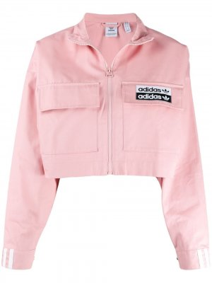Укороченная куртка с логотипом adidas. Цвет: розовый