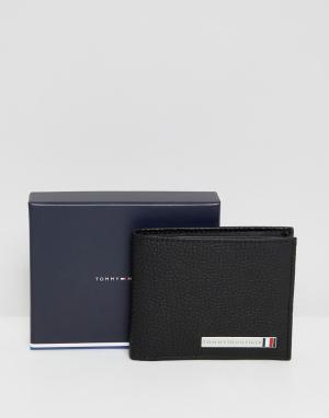 Черный небольшой бумажник-визитница с отделкой в виде пластинки Tommy Hilfiger. Цвет: черный