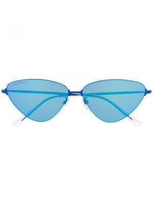 Солнцезащитные очки в треугольной оправе Balenciaga Eyewear. Цвет: синий