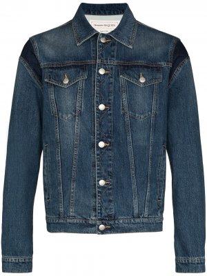 Джинсовая куртка с тисненым логотипом Alexander McQueen. Цвет: синий