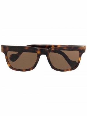 Очки в оправе черепаховой расцветки Moncler Eyewear. Цвет: коричневый