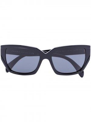 Солнцезащитные очки в оправе кошачий глаз с затемненными линзами Prada Eyewear. Цвет: черный