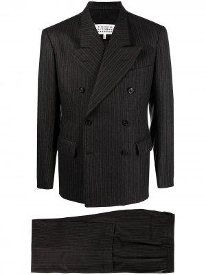 Костюм в тонкую полоску с двубортным пиджаком Maison Margiela. Цвет: коричневый