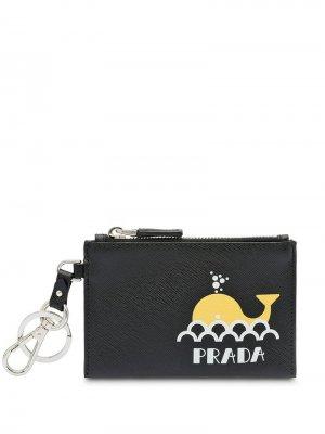 Ключница из сафьяновой кожи с принтом Prada. Цвет: черный