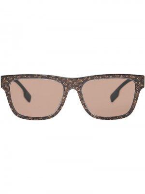 Солнцезащитные очки в квадратной оправе с монограммой Burberry Eyewear. Цвет: коричневый