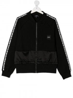 Куртка на молнии с логотипом DKNY. Цвет: черный