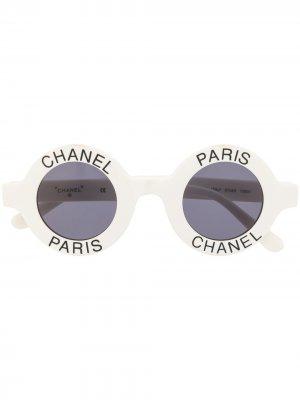 Солнцезащитные очки в круглой оправе с логотипом Chanel Pre-Owned. Цвет: белый