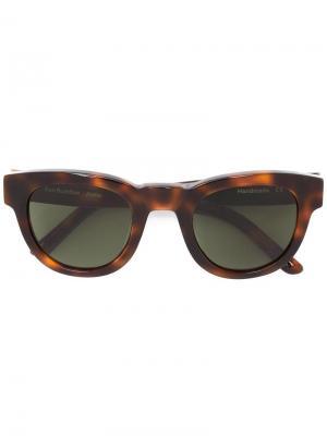 Солнцезащитные очки в черепаховой оправе Sun Buddies. Цвет: коричневый