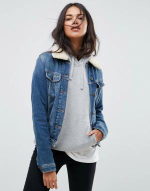 Джинсовая куртка с воротником из искусственного меха Lee. Цвет: синий