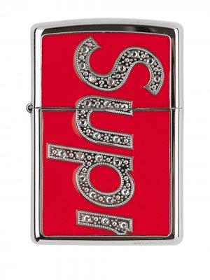 Зажигалка Zippo из коллаборации со Swarovski Supreme. Цвет: красный