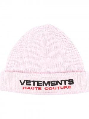 Шапка бини с вышитым логотипом VETEMENTS. Цвет: розовый