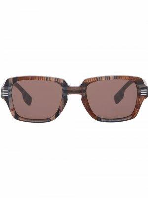Солнцезащитные очки в массивной оправе Burberry. Цвет: коричневый