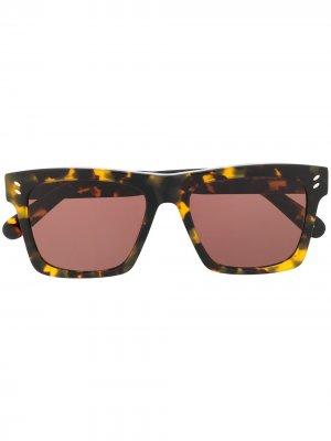 Солнцезащитные очки черепаховой расцветки Stella McCartney Eyewear. Цвет: коричневый