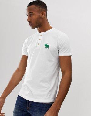 Белая футболка с воротом на пуговицах и логотипом Abercrombie & Fitch. Цвет: белый