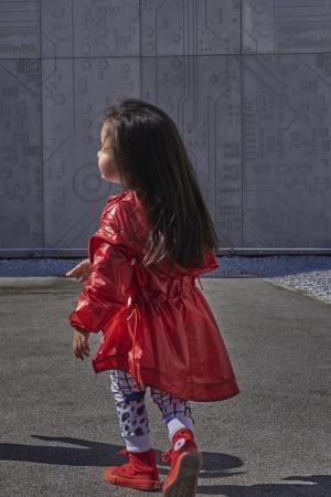 Красный дождевик с кулисками LU KIDS. Цвет: красный