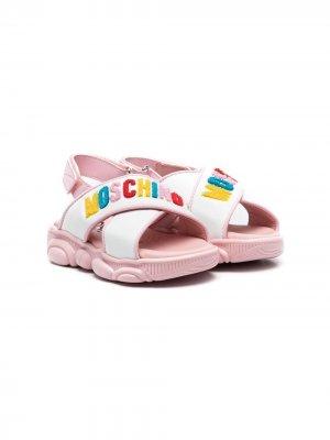 Сандалии на липучках с аппликацией-логотипом Moschino Kids. Цвет: белый