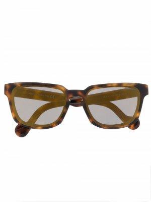 Солнцезащитные очки в квадратной оправе Moncler Eyewear. Цвет: коричневый