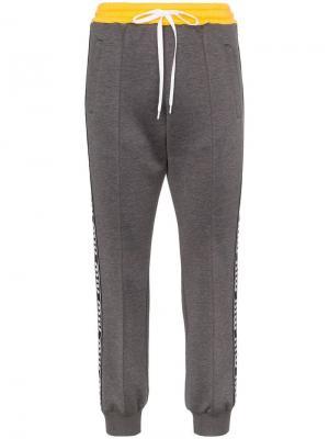 Спортивные брюки с контрастным поясом и полосками логотипами Miu. Цвет: серый