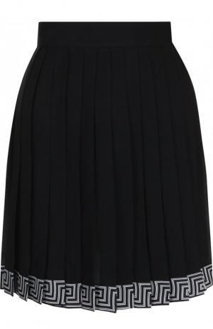 Шелковая мини-юбка в складку с контрастной отделкой Versace. Цвет: черный