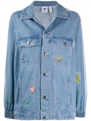 Джинсовая куртка с принтом из коллаборации adidas Fiorucci. Цвет: синий