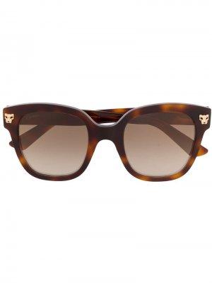 Солнцезащитные очки в массивной квадратной оправе Cartier. Цвет: коричневый