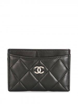 Стеганый картхолдер 2008-го года с логотипом CC Chanel Pre-Owned. Цвет: черный