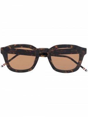 Солнцезащитные очки черепаховой расцветки Thom Browne Eyewear. Цвет: коричневый