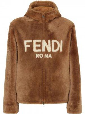 Короткая шуба из овчины с капюшоном и логотипом Fendi. Цвет: коричневый