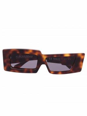 Солнцезащитные очки X11 в прямоугольной оправе Kuboraum. Цвет: коричневый