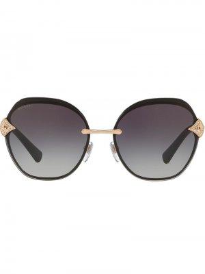Солнцезащитные очки в массивной оправе Bulgari. Цвет: золотистый