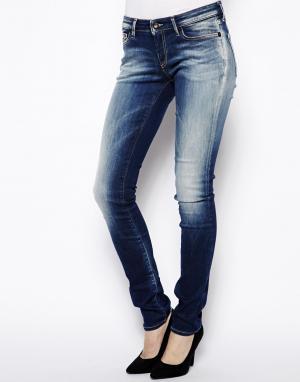 Зауженные джинсы Sharp Denham. Цвет: faded mid wash