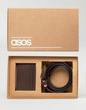 Подарочный набор с кожаным ремнем и визитницей ASOS. Цвет: коричневый