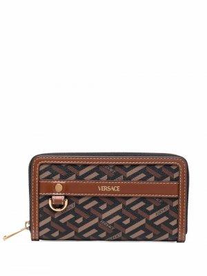 Кошелек с принтом Greca и логотипом Versace. Цвет: коричневый