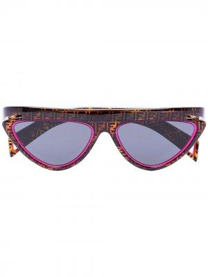 Солнцезащитные очки в оправе кошачий глаз с монограммой Fendi Eyewear. Цвет: коричневый