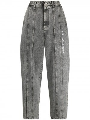 Зауженные джинсы с эффектом потертости и логотипом Stella McCartney. Цвет: серый