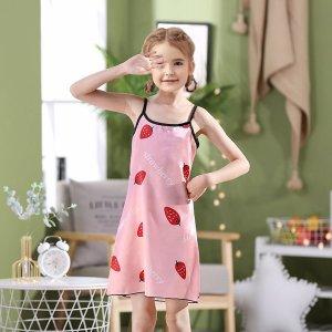 Атласная ночная рубашка на бретелях с принтом клубники для девочек SHEIN. Цвет: нежний розовый