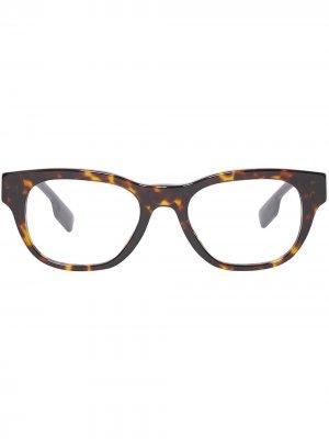 Очки в квадратной оправе Burberry. Цвет: коричневый
