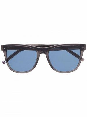 Солнцезащитные очки в квадратной оправе Tommy Hilfiger. Цвет: серый