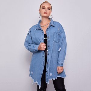 Джинсовая куртка размера плюс с карманом SHEIN. Цвет: синий цвет средней стирки