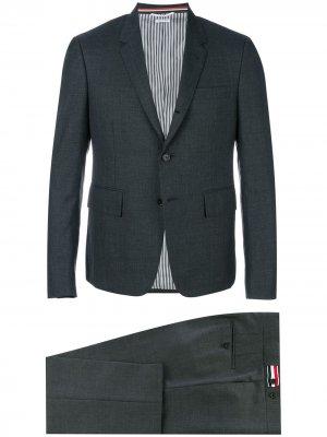 Деловой костюм-двойка Thom Browne. Цвет: серый